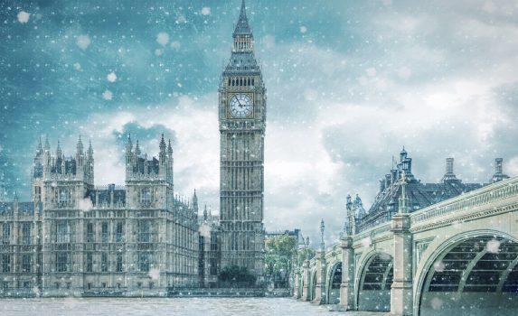 寒い冬の雪の日のロンドン ビッグベンとウェストミンスター橋の風景 イギリスの風景