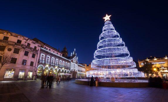 クリスマスツリーと夜のブラガ ポルトガルの風景