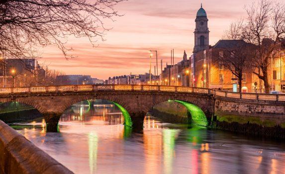 夕暮れのリフィー川とグラタン橋 ダブリン アイルランドの風景
