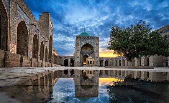 カラーン・モスクと中庭の風景 ウズベキスタンの風景