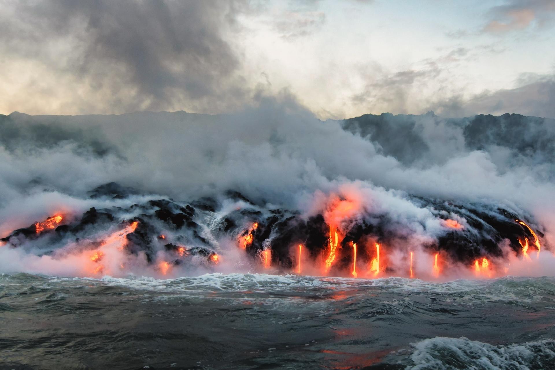 海に流れ込む溶岩の風景 ハワイ アメリカの風景
