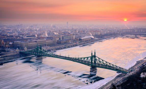 ゲッレールト山から見る冬の朝のブダペストの町並みとドナウ川の風景 ハンガリーの風景