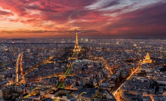 空から見る夕暮れのパリの町 フランスの風景