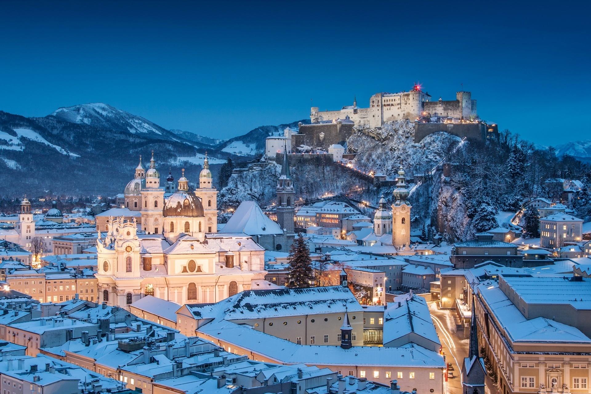 クリスマスのザルツブルク 夕暮れのザルツブルク大聖堂とホーエンザルツブルク城 オーストリアの風景