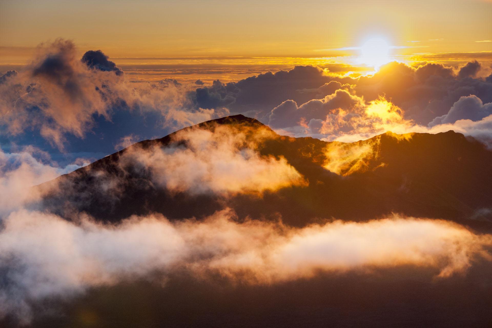 マウイ島ハレアカラクレーターの日の出の風景 ハワイの風景