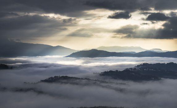 霧の朝の日の出の風景 ダラット ベトナムの風景