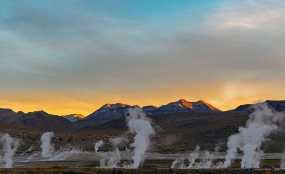 日の出のタティオ温泉の間欠泉の風景 チリの風景