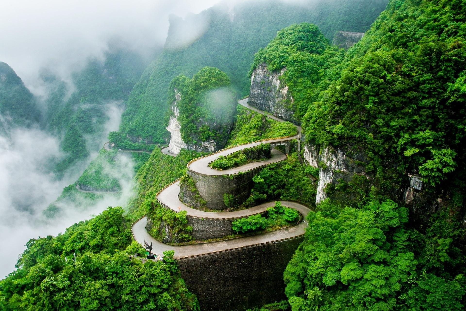 天門山 雲霧の中の道 中国の風景