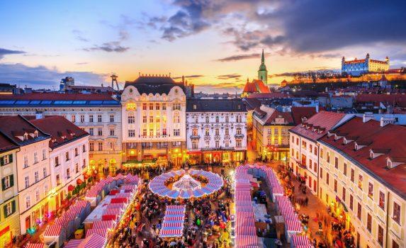 ブラチスラバのメイン広場とクリスマスマーケットの眺め スロバキアの風景