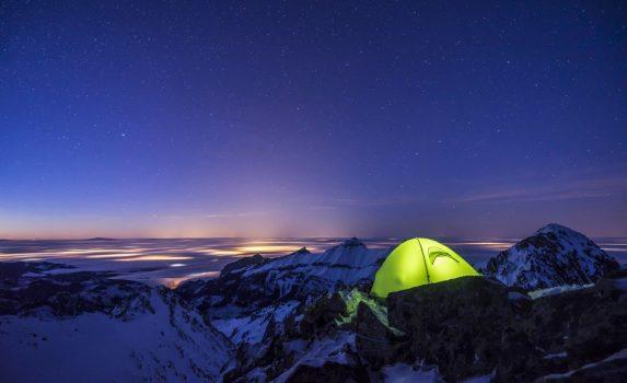 冬のキャンプ 星空と夜の雪山の風景 スロバキアの風景