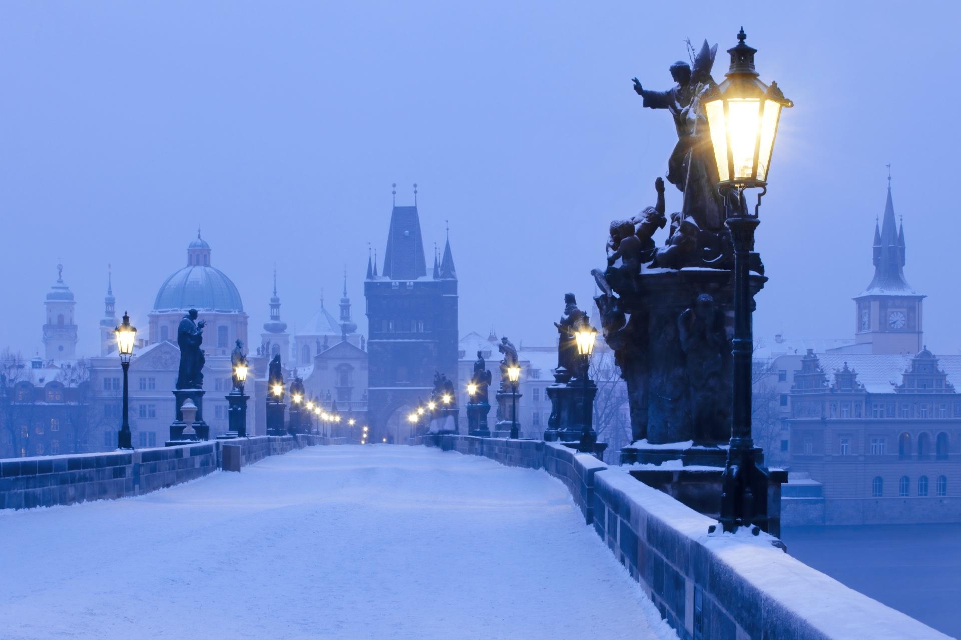 冬の朝のカレル橋 プラハの風景 チェコの風景
