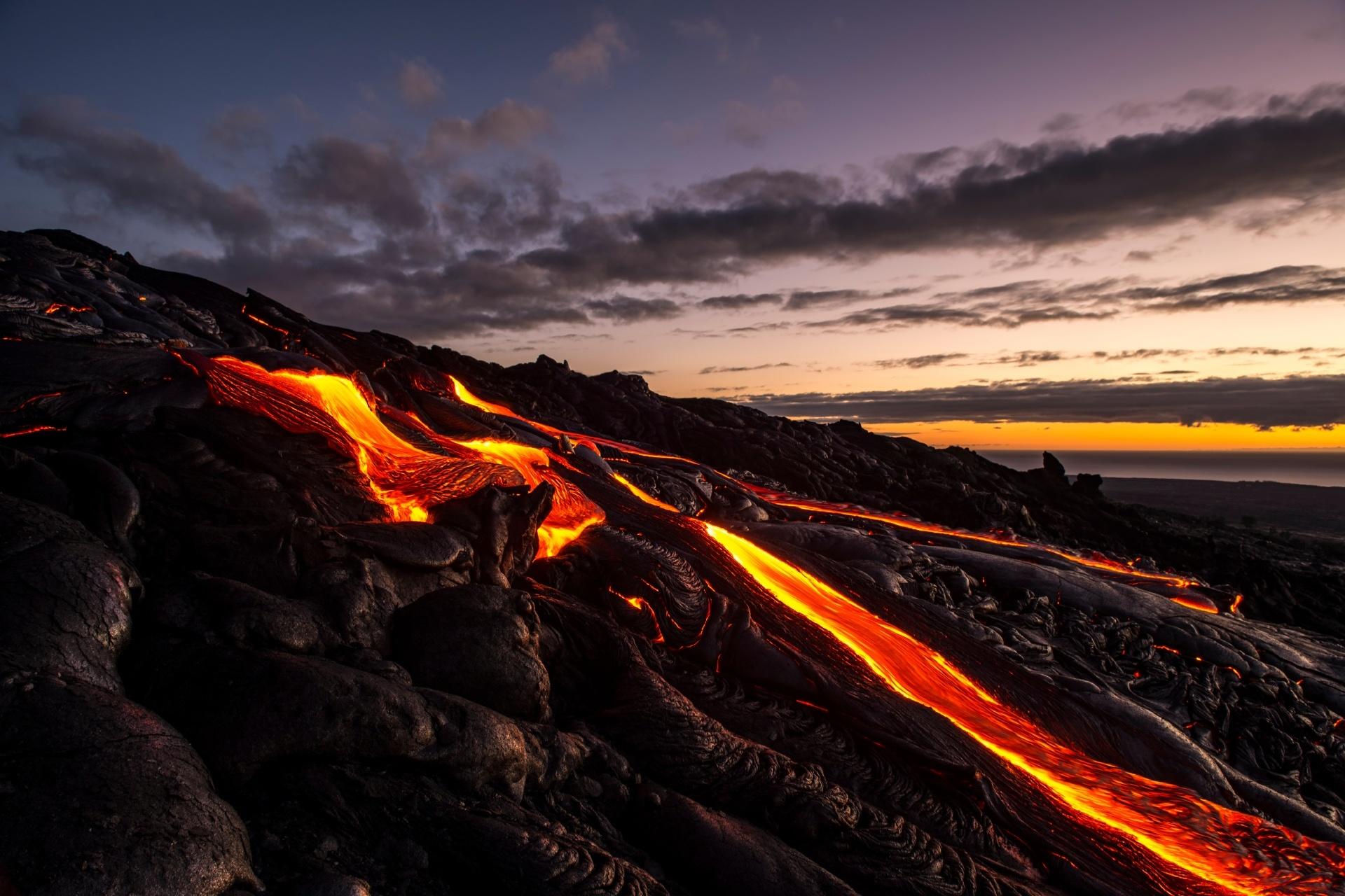 流れる溶岩と早朝のキラウェア ハワイの風景 アメリカの風景
