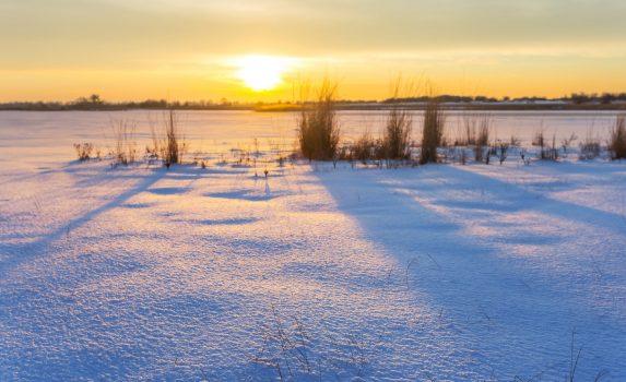 雪原の夕暮れ風景