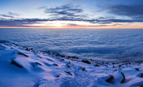 冬の夜明けの風景 カルパティア山脈の風景