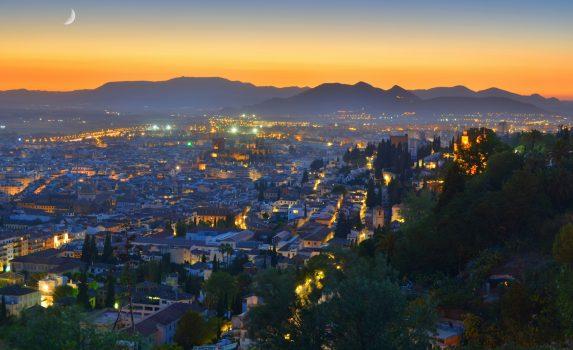 夕暮れのアンダルシア グラナダの町並みと山々の風景 スペインの風景