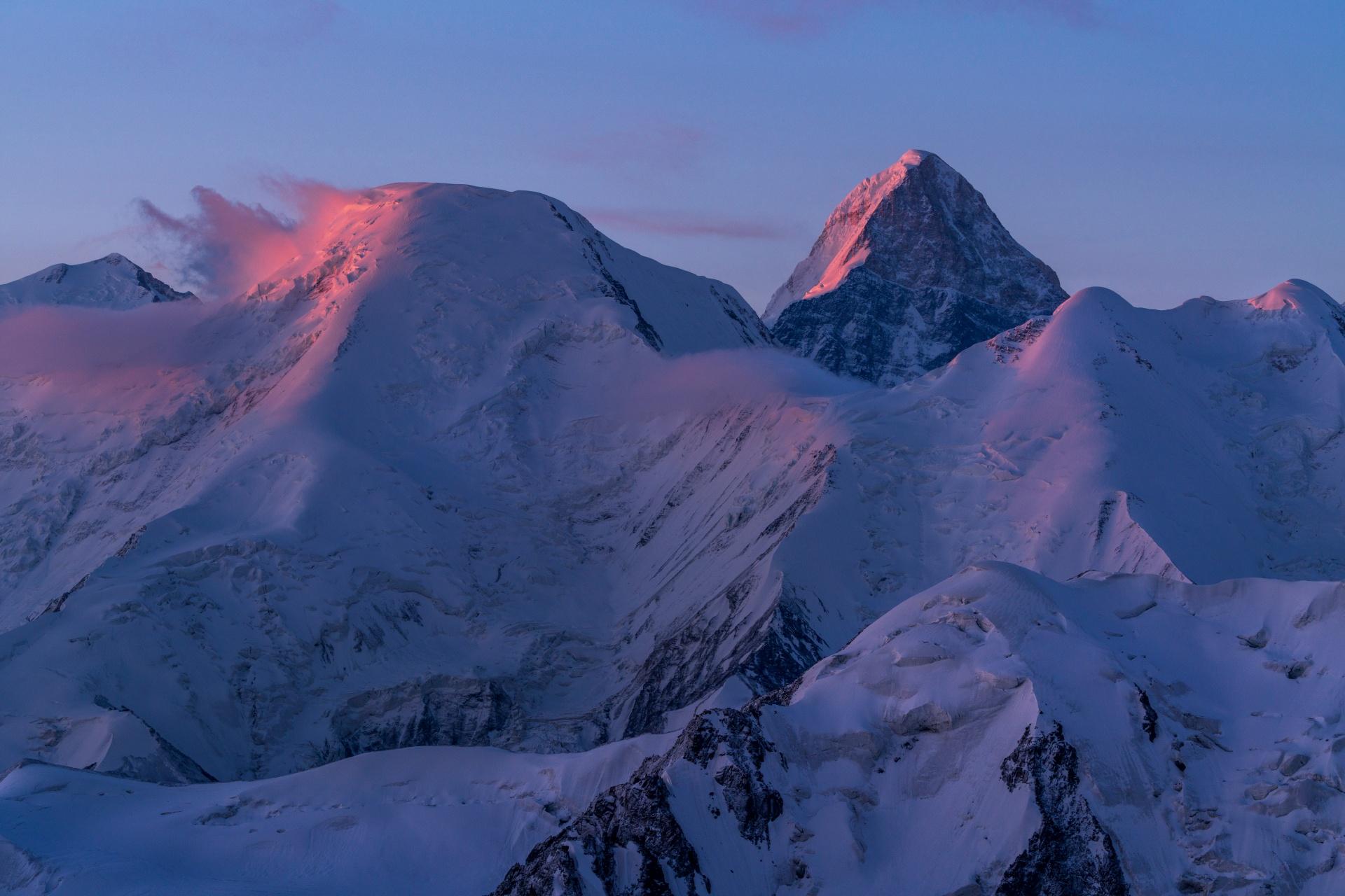日の出のハン=テングリ カザフスタンの風景