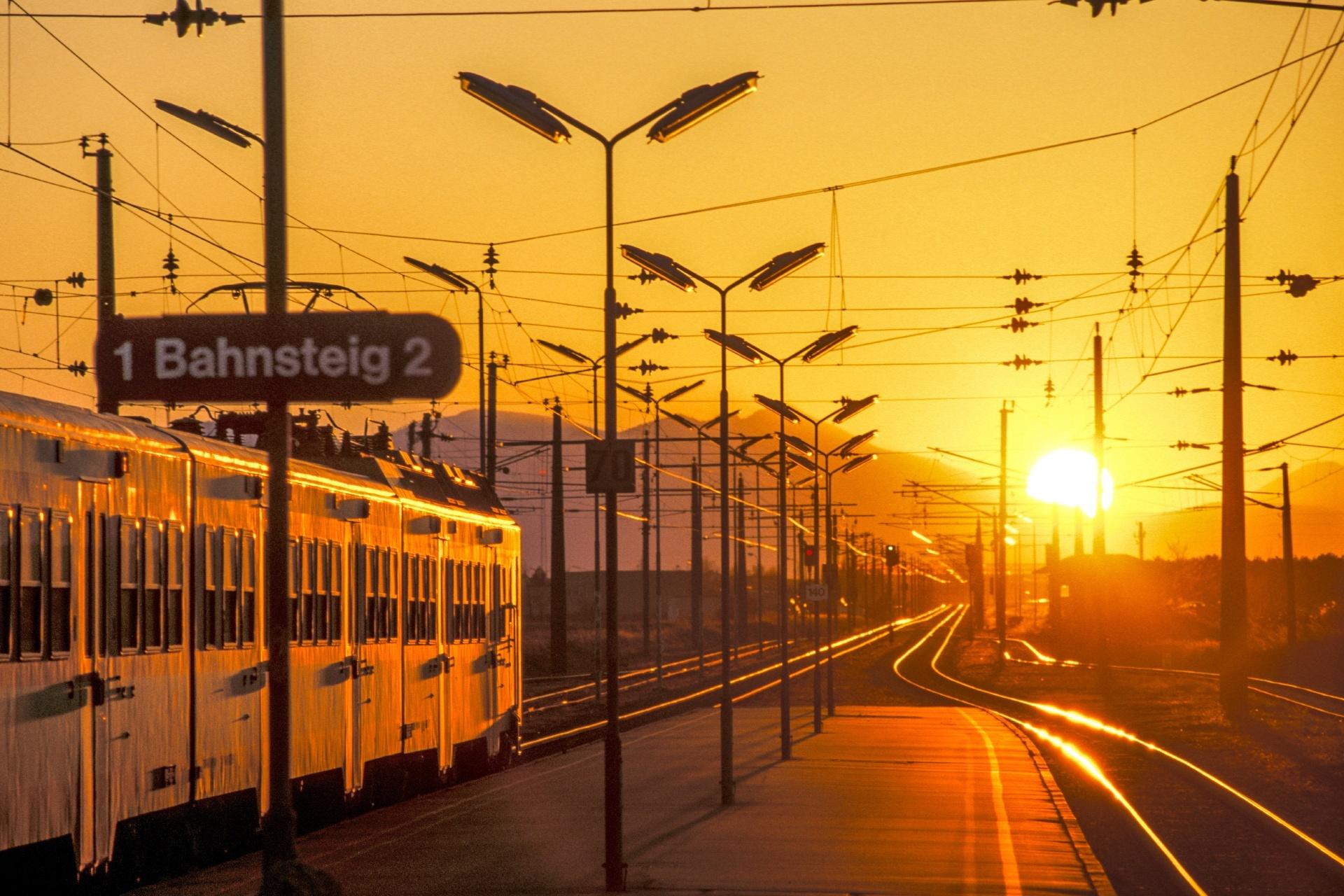 夕暮れの駅の風景 オーストリアの風景