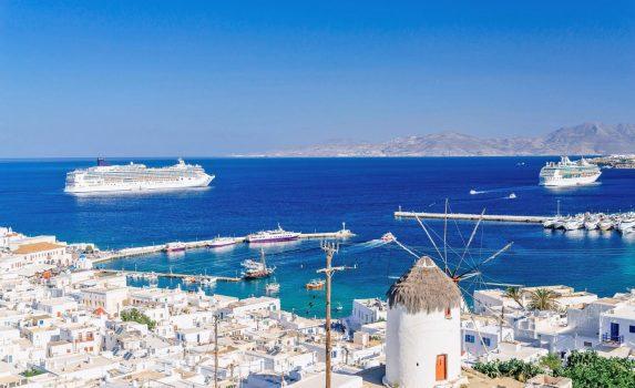 ミコノスの街と風車とエーゲ海の風景 ギリシャの風景