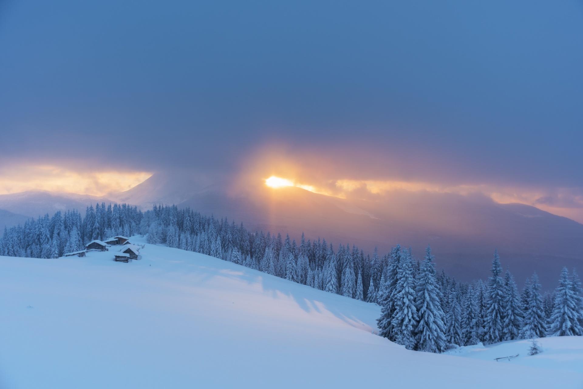 冬のカルパティア山脈の朝の風景 ウクライナの風景