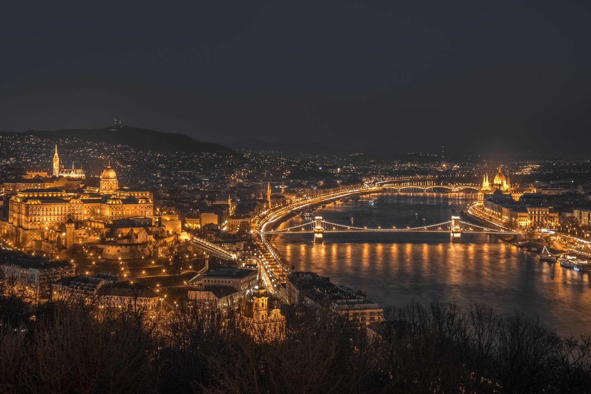 ゲッレールト山から見る夜のブダペストの街並みとドナウ川の風景 ハンガリーの風景