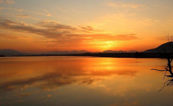夕暮れの川の風景