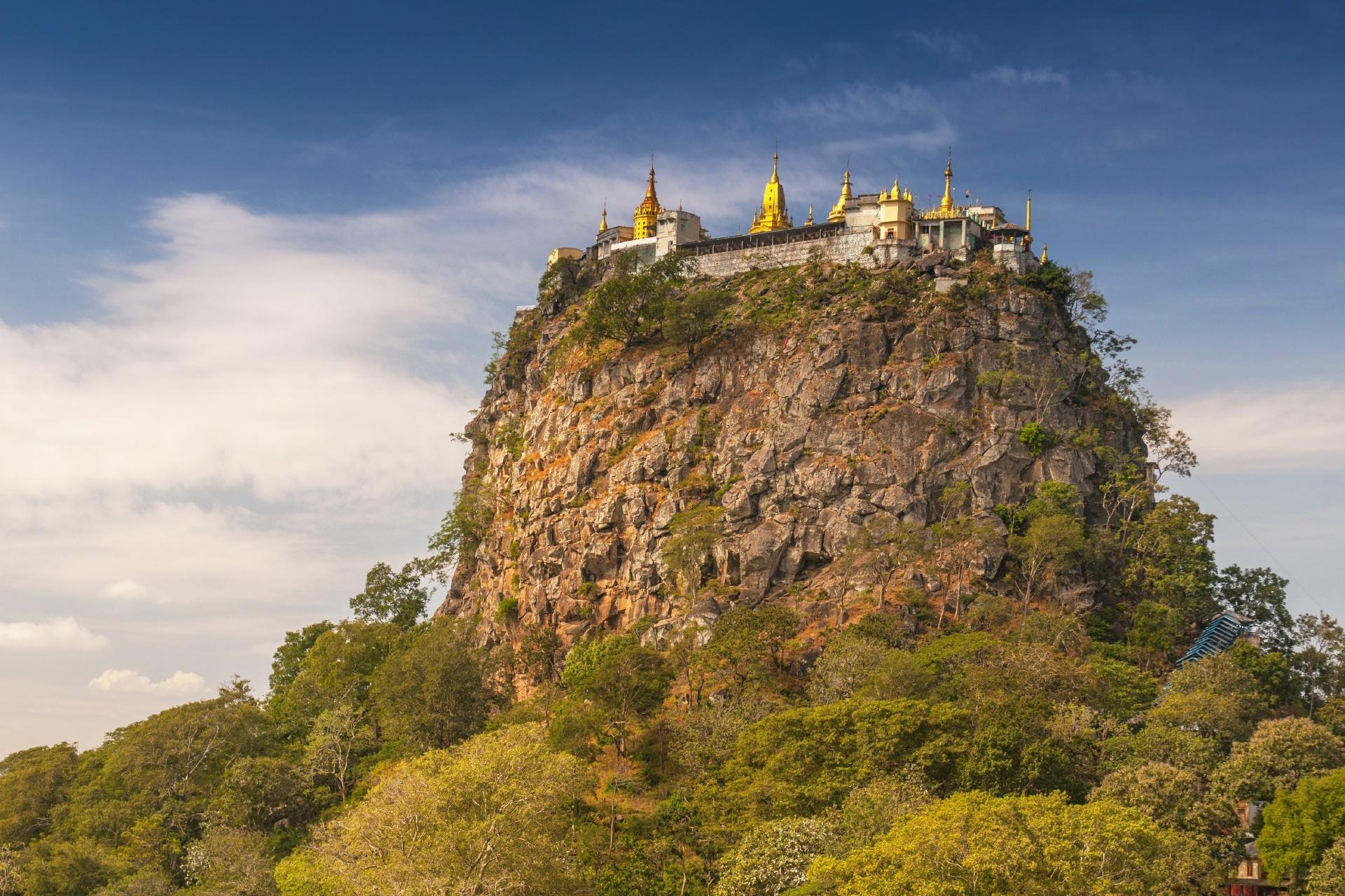 天空の寺院 ポパ山 ミャンマーの風景