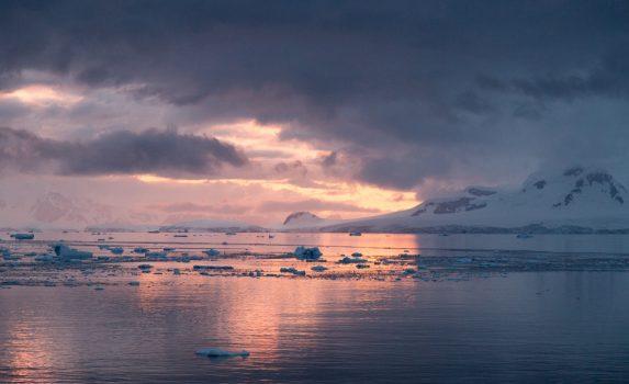 夕暮れの南極の風景