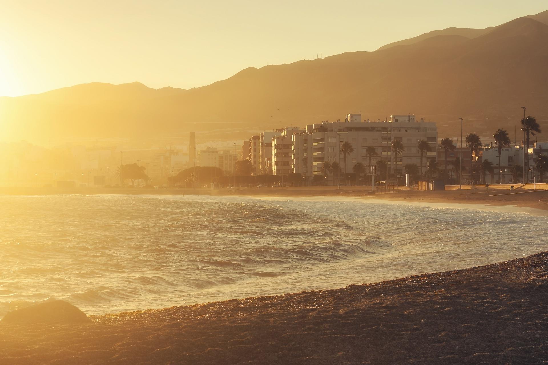 朝のビーチ スペインの風景