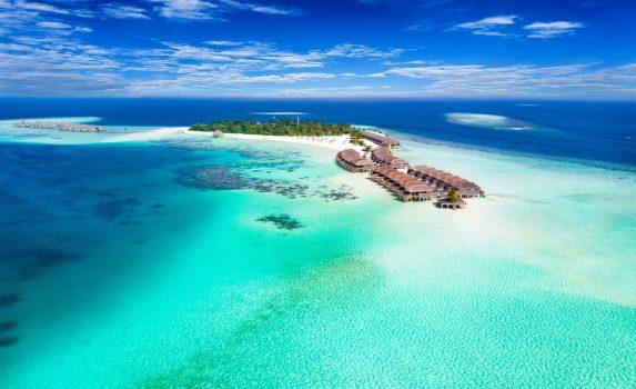 ターコイズブルーの海と島の風景 モルディブの風景