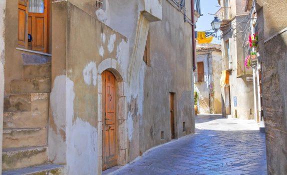 人のいない路地の風景 アチェレンツァ イタリアの風景