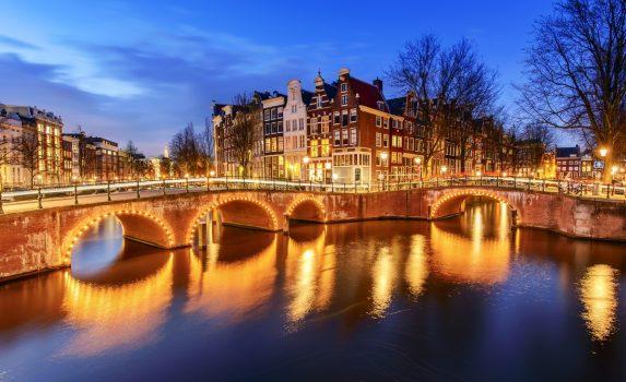 夕暮れ時のアムステルダムの運河 オランダの風景