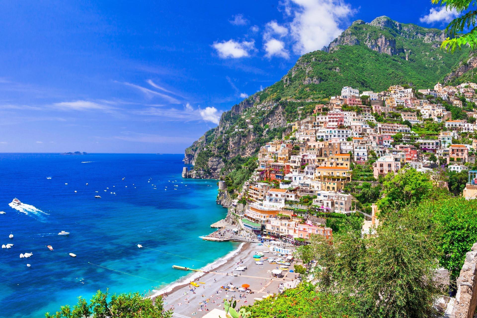 美しい海岸沿いの町ポジターノの風景 アマルフィ海岸 イタリアの風景