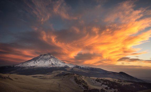 夕暮れのポポカテペトル山 メキシコの風景