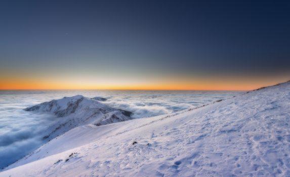 夕暮れの冬山と雲海の風景 ウクライナの風景