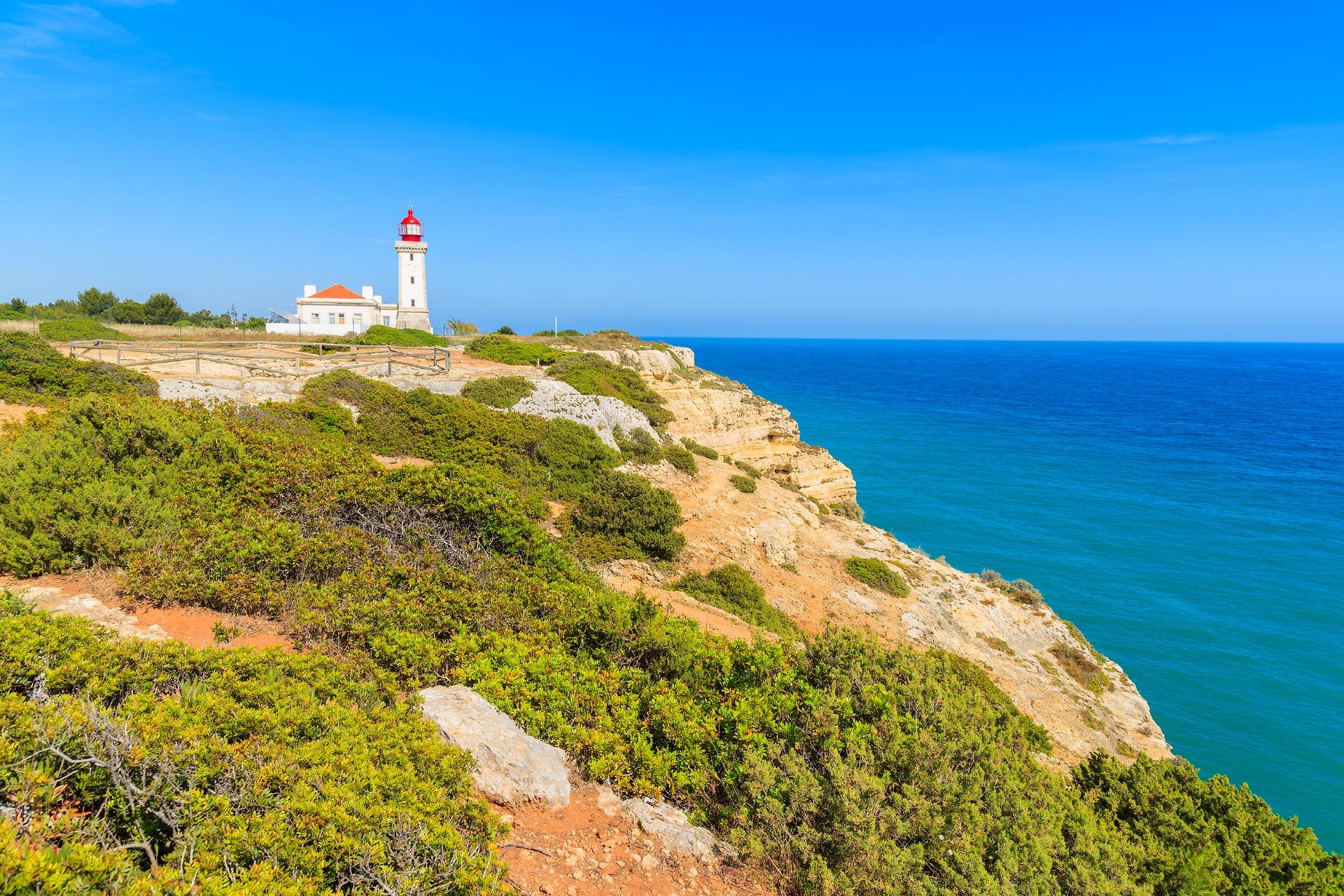 灯台と青い海 ポルトガルの風景