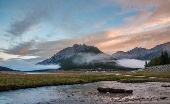 メディスン湖と朝の山並み カナダの風景