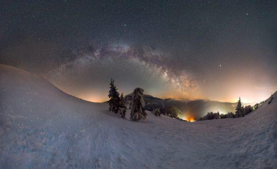 天の川と雪山の風景