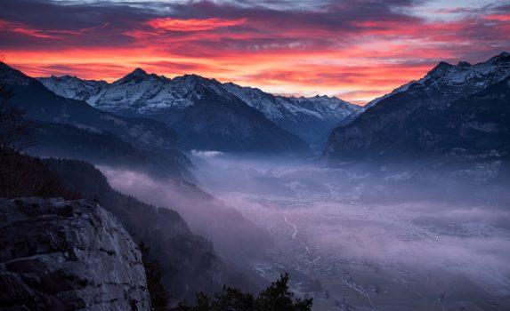 朝のスイスアルプス 朝焼けに染まる空と霧の谷の風景 スイスの風景