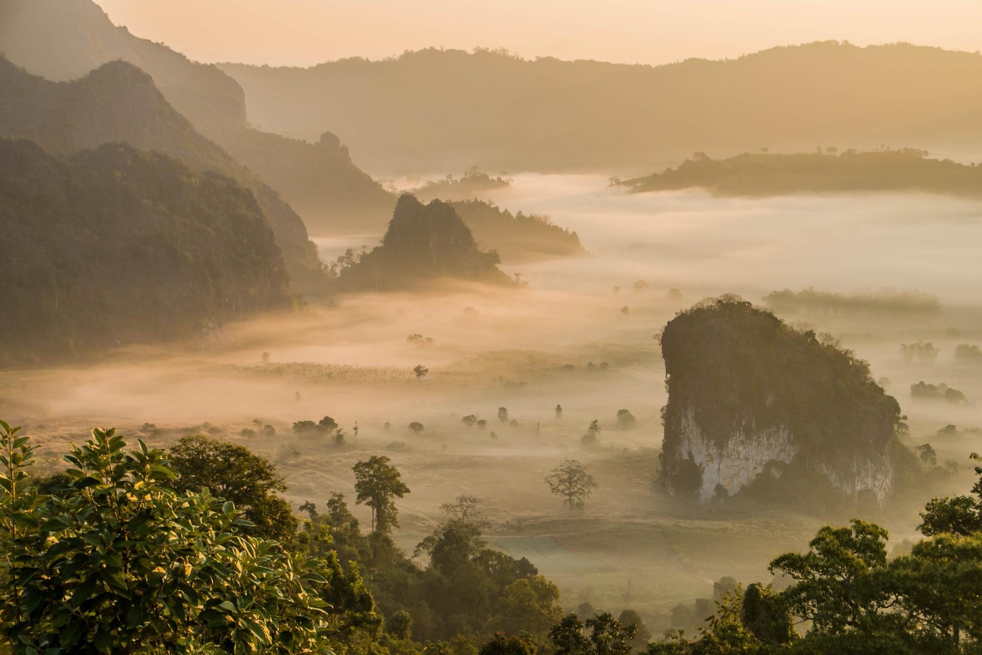 霧の朝のパヤオ タイの風景