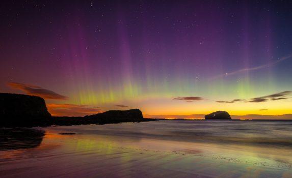夜明けのオーロラの風景 スコットランドの風景