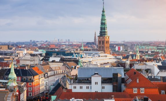 市庁舎の尖塔とコペンハーゲンの街並み デンマークの風景
