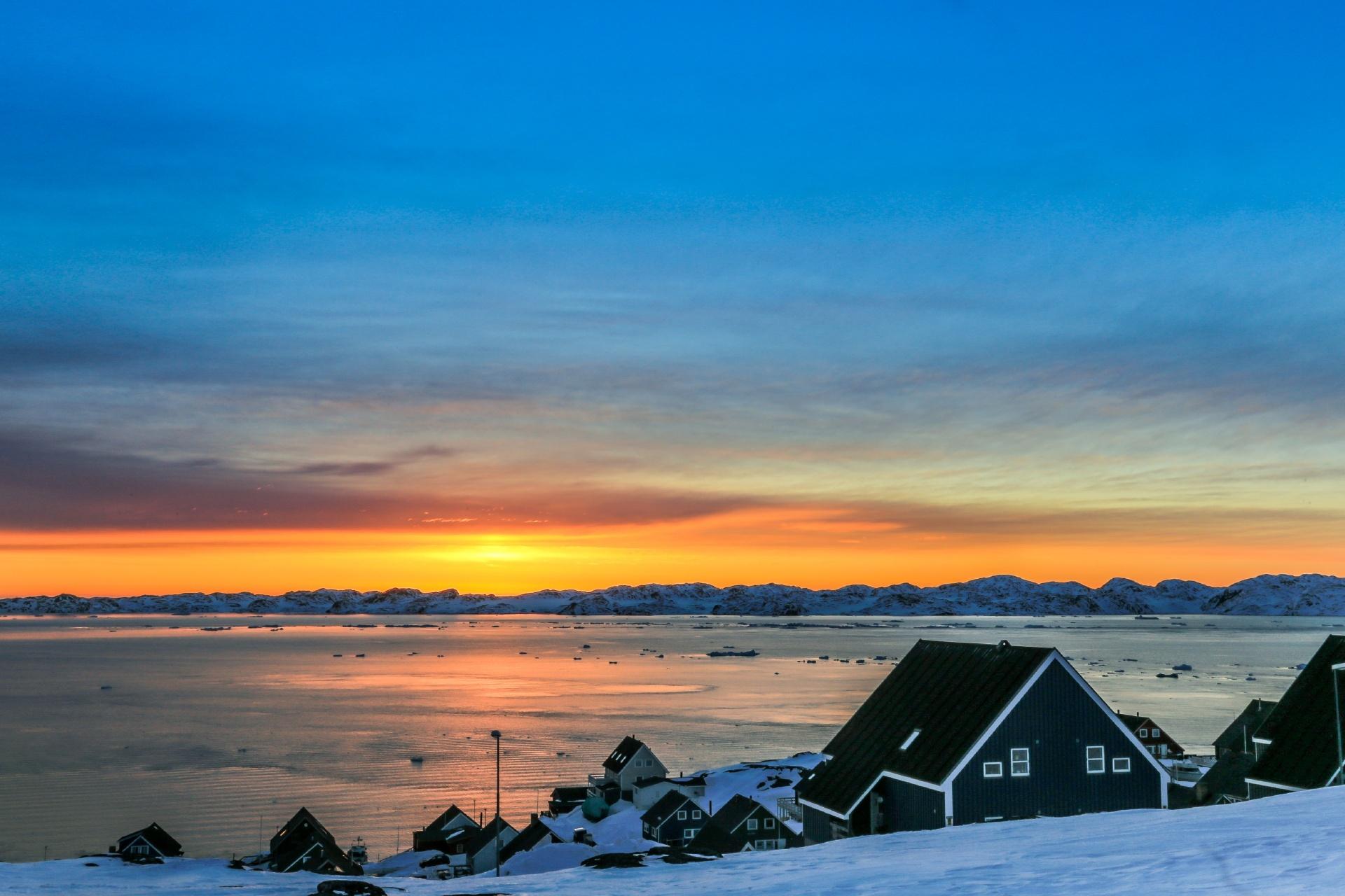 グリーンランドの夕日の風景 イヌイットの家々とフィヨルドの風景 デンマークの風景