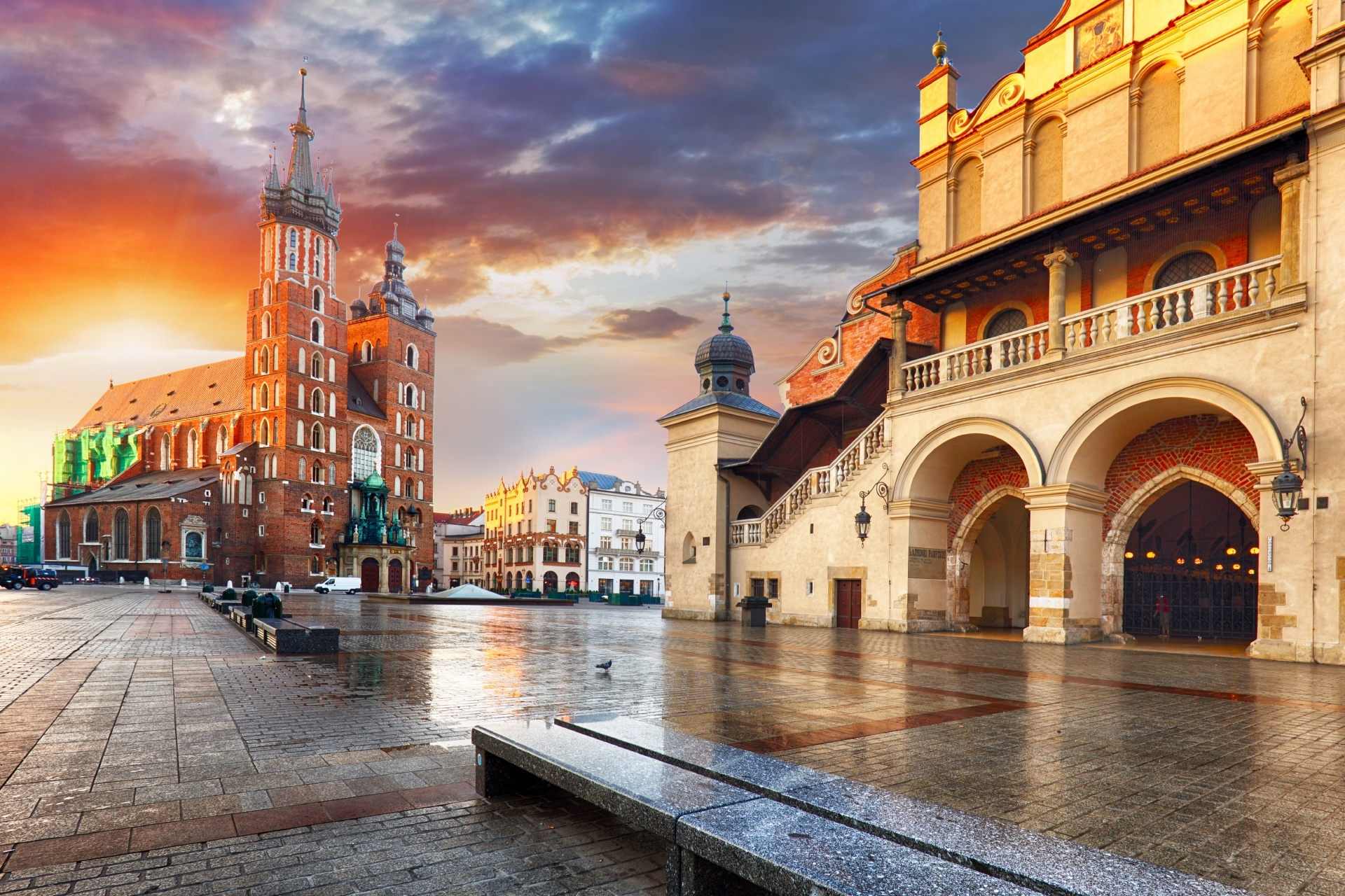 夕暮れのクラクフ 中央市場広場 ポーランドの風景
