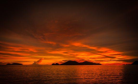 夕焼けに染まる海