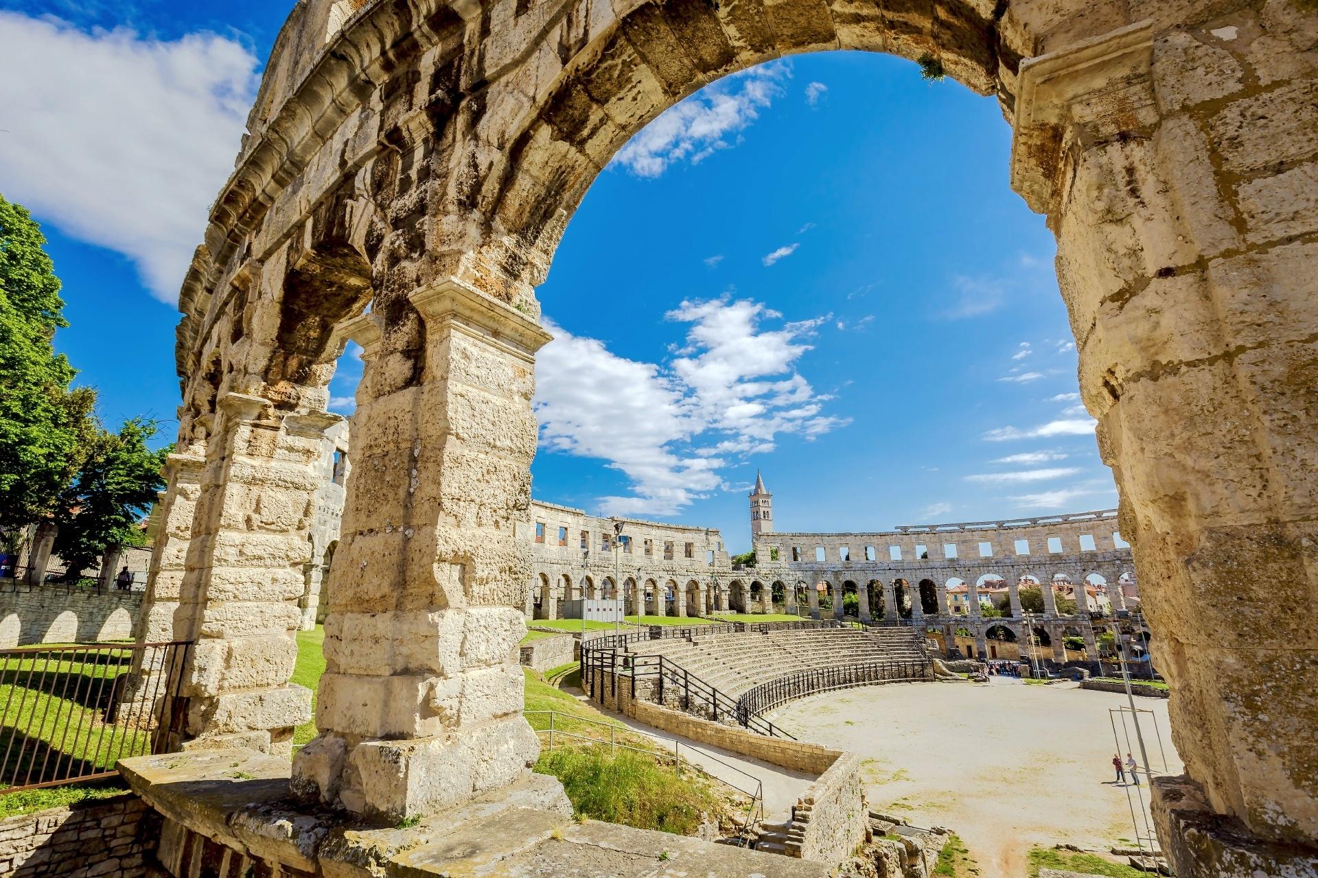 プーラの古代ローマ円形競技場 クロアチアの風景