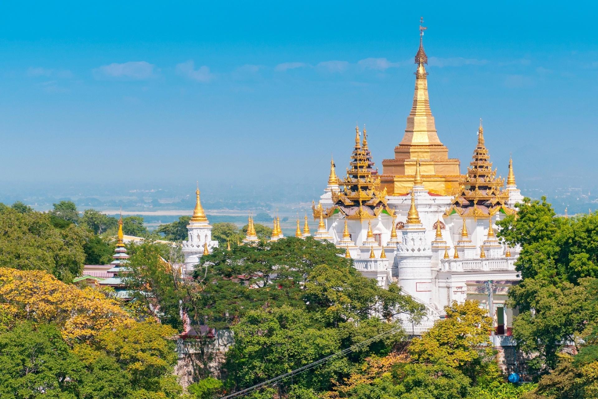 黄金のパゴダとサガイン・ヒルの風景 ミャンマーの風景