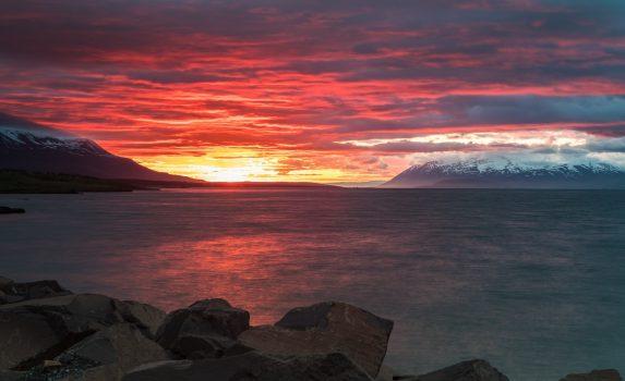 真夜中の日暮れの風景 アークレイリ アイスランドの風景