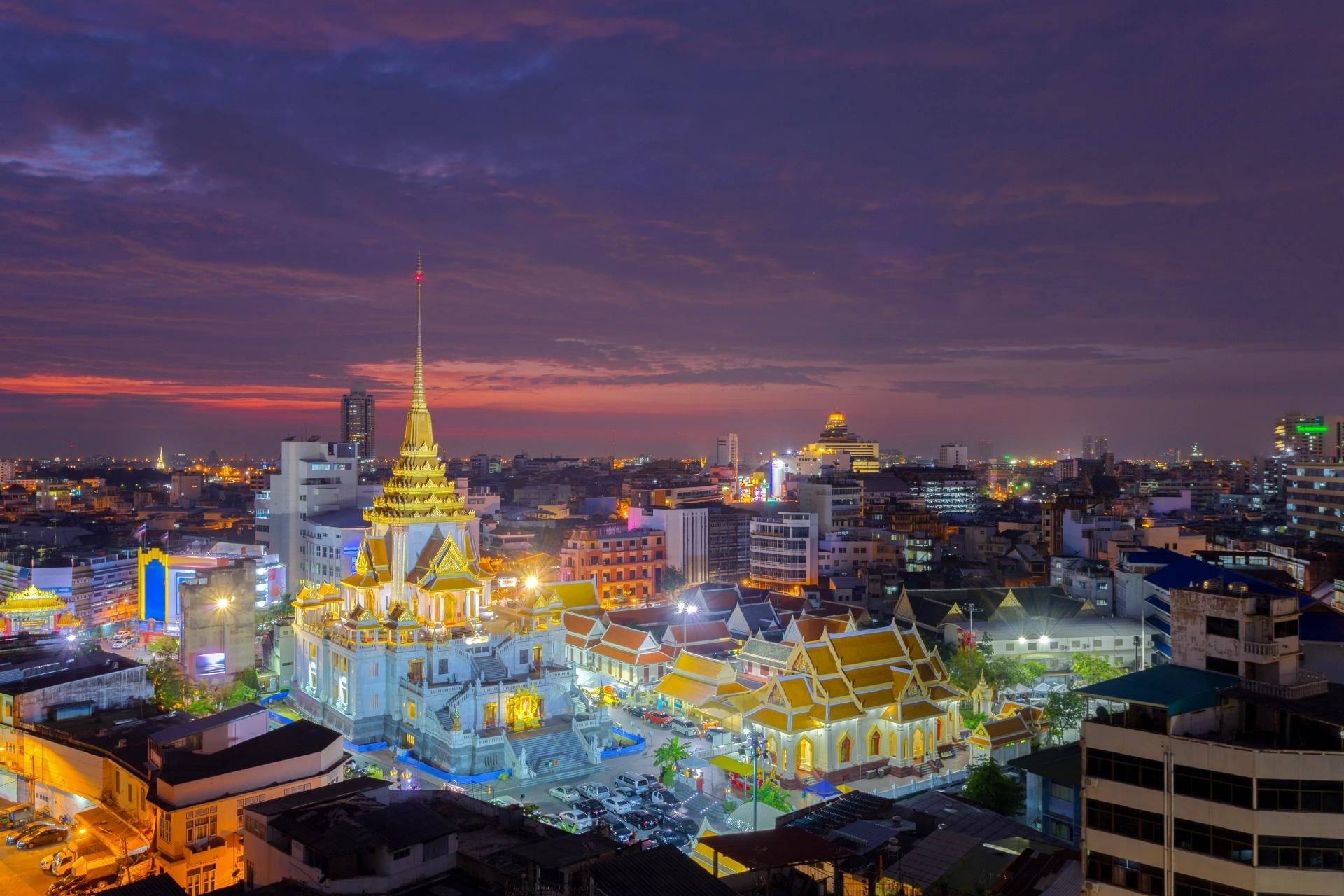 ワット・トライミット(黄金仏寺院)と夕暮れのバンコク タイの風景