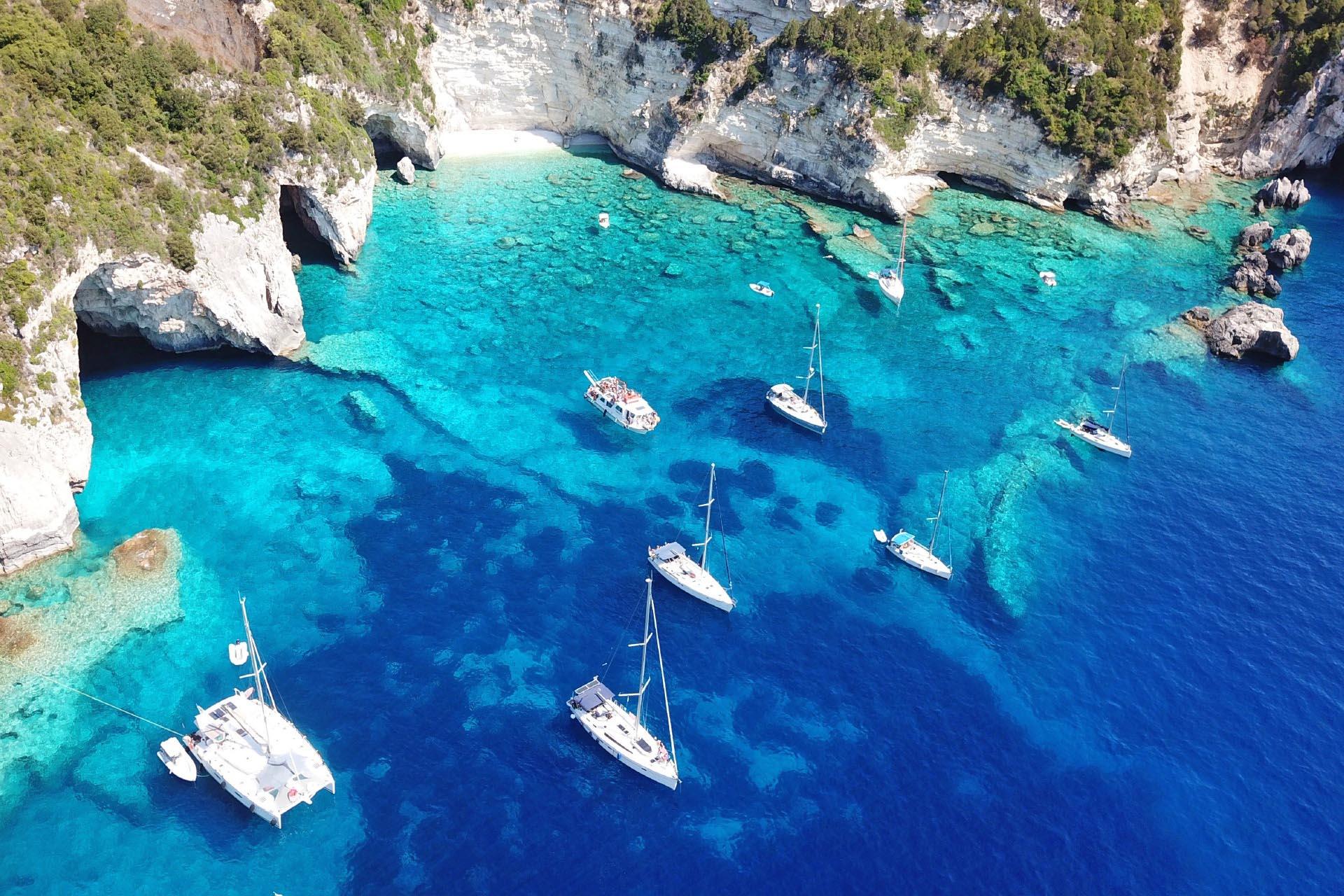 美しい海と洞窟とヨット カリブ海の風景