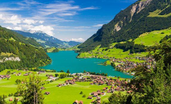 ブリュニック峠から見るルンゲルン湖 スイスの風景